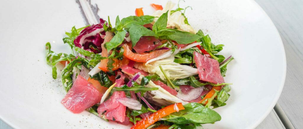 Салат с тунцом и красным луком
